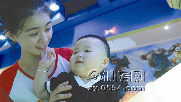 仙游百名幼儿园教师街头拥抱孩子传递早教理念
