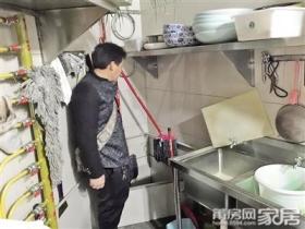 女子家里衣柜后墙冒油 竟是隔壁火锅店惹的祸