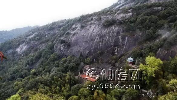 九鲤湖风景区位于钟山镇